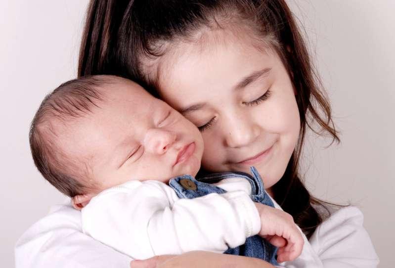 'Siamo preoccupati per i bambini': zia scopre la nipote di 8 anni mentre 'allatta' il fratello di 5 mesi