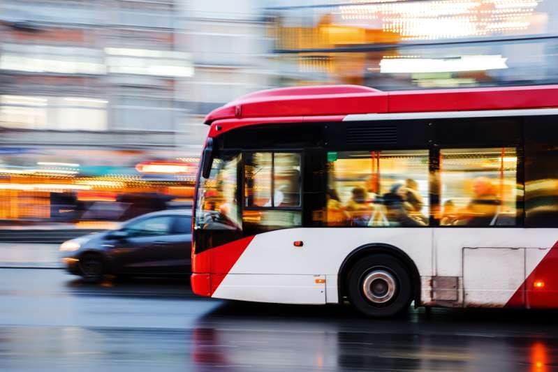 Un chauffeur de bus demande à tous les passager de sortir pour faire rentrer une personne handicapéeUn chauffeur de bus demande à tous les passager de sortir pour faire rentrer une personne handicapéeUn chauffeur de bus demande à tous les passager de sortir pour faire rentrer une personne handicapée