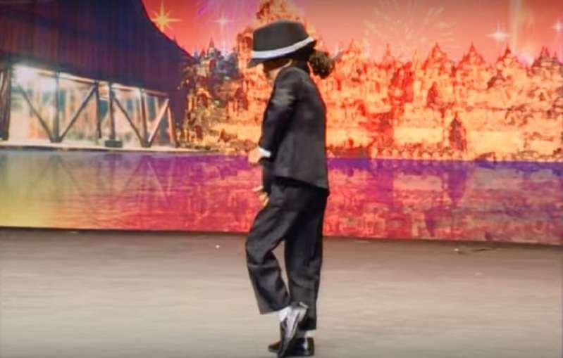 Ce garçon de 4 ans danse aussi bien que le grand Michael Jackson !4-летний мальчик заворожил исполнением танца  Майкла Джексона - подражание получилось крутым!