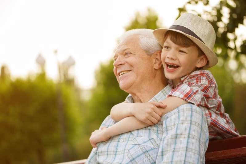 Alzheimer, à 80 ans, abandonné d'une cruelle façon : mis dans un avion et envoyé vers une ville lointaine !