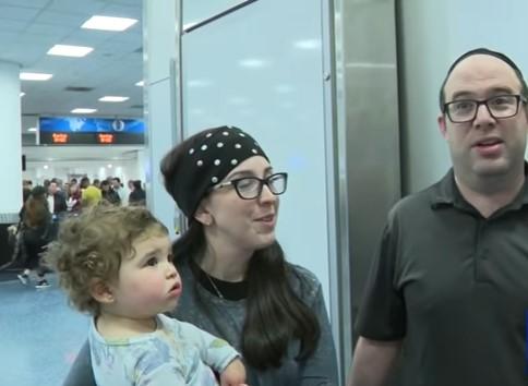 Accusata di puzzare, una famiglia viene fatta scendere da un aereoyossi and jennie adler kicked off the plane because of body odor