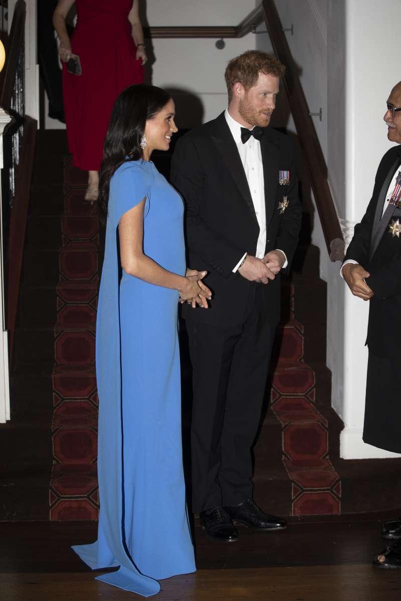 Mystère royal ! Meghan Markle sème la confusion au sein du public avec sa bosse de bébé soudain énormemeghan markle in blue dress for reception in fiji