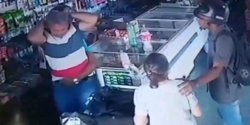 """""""Je ne veux pas de ton argent."""" Un voleur embrasse une vieille dame sur le front pendant un braquage"""