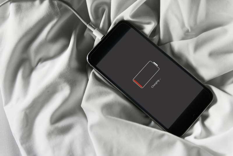 Une fille de 14 ans meurt électrocutée après avoir utilisé son smartphone dans le bain. Quelles mesures prendre ?