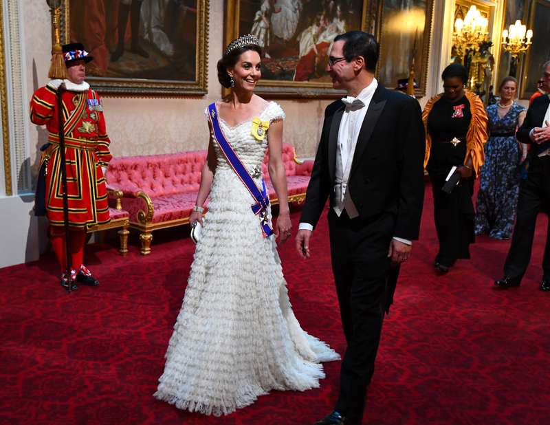 Stilkönigin! Kate Middleton wirkt in einem weißen Alexander Mcqueen Kleid und einem Lover's Ast Diadem bei dem US State Bankett im Buckingham Palace glamourös