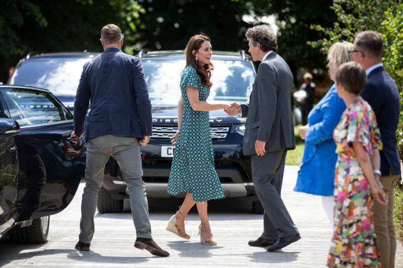 Kritik an die Herzogin von Sussex, nachdem sie in einem 1600-€-Outfit gesichtet wurde, kurz bevor Kate Middleton in einem 180-€-Kleid ausging