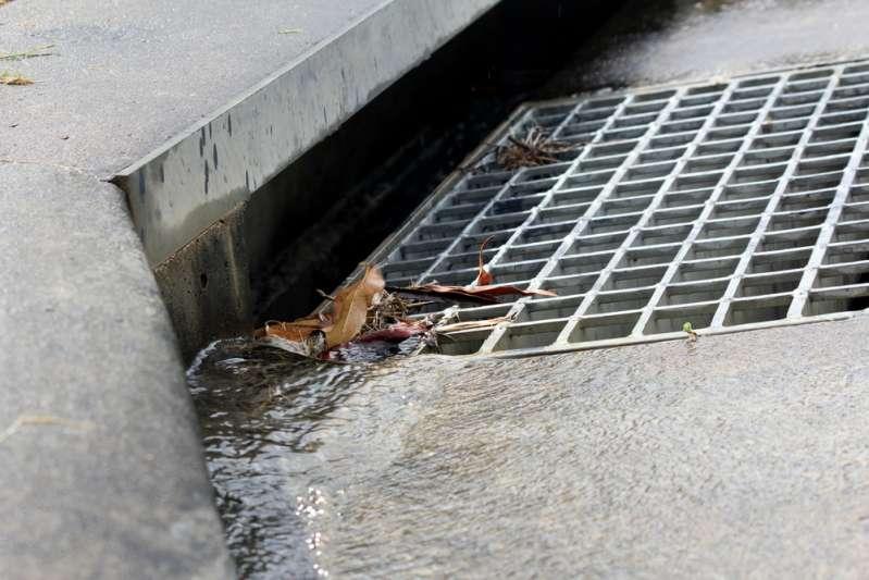 Kind fiel in einen Regenwasserabfluss und ertrank. Wie kann man seine Kinder vor einer solchen Tragödie schützen?