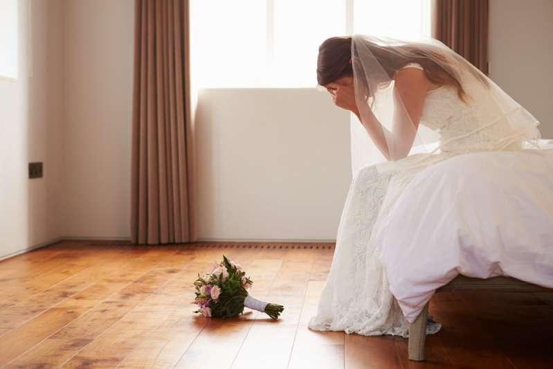 Una sposa furiosa: tutta la sua famiglia se n'è andata nel bel mezzo del matrimonio per partecipare ad una festa di sua sorella-