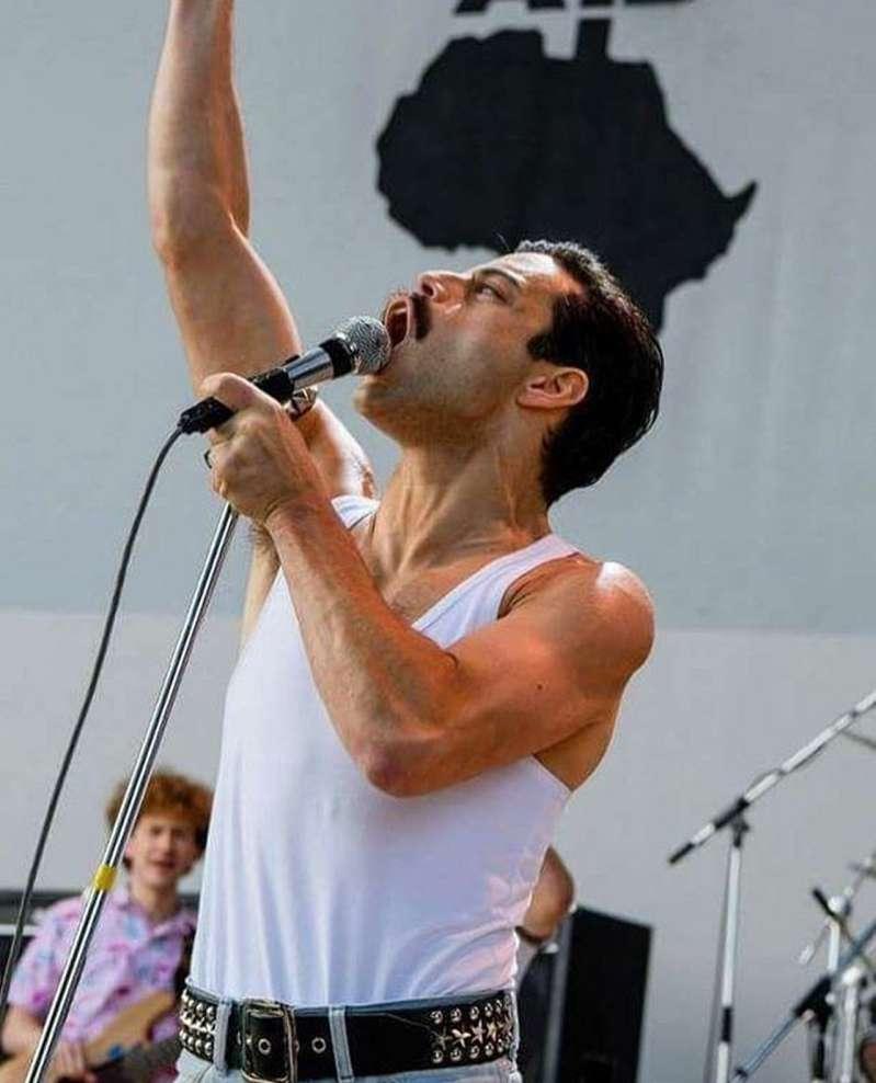 "Rami Malek's Transformation Into Freddie Mercury For Queen's Biopic ""Bohemian Rhapsody"" Is Jaw-Dropping!Rami Malek's Transformation Into Freddie Mercury For Queen's Biopic ""Bohemian Rhapsody"" Is Jaw-Dropping!"