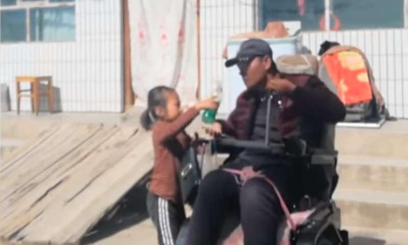 Une petite fille de 5 ans oriente son père aveugle chaque jour jusqu'à son travail et jusqu'à la maison