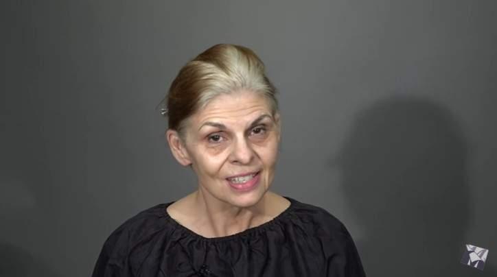 Una donna dai capelli lunghi vuole tagliarseli per apparire più giovane, ma la gente pensa che il nuovo look corto sia stato un errore