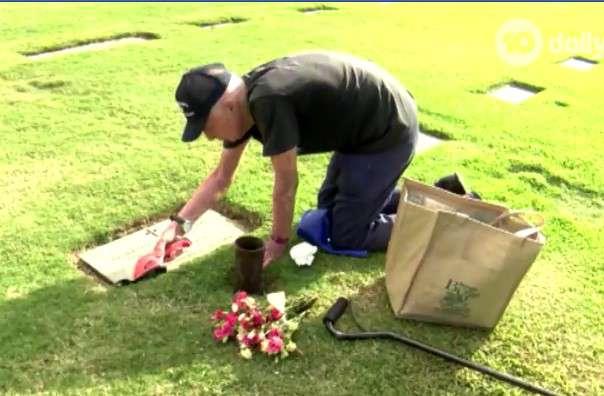 Amor que não tem fim: idoso de 93 anos pega 3 ônibus todos os dias para visitar o túmulo de sua falecida esposa!