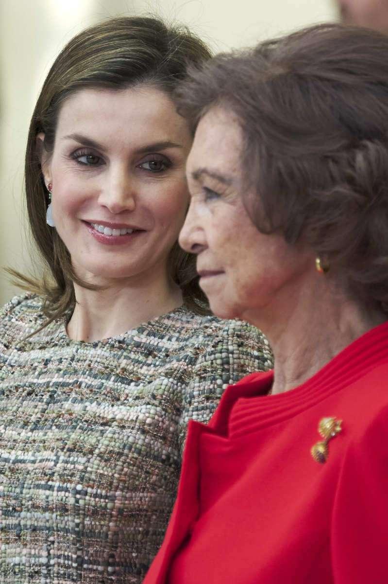 Ausgeliehen von der Schwiegermutter? Königin Letizia wurde in einem ähnlichen Kleid gesichtet, welches schon Königin Sofia im Jahre 1980 getragen hatte
