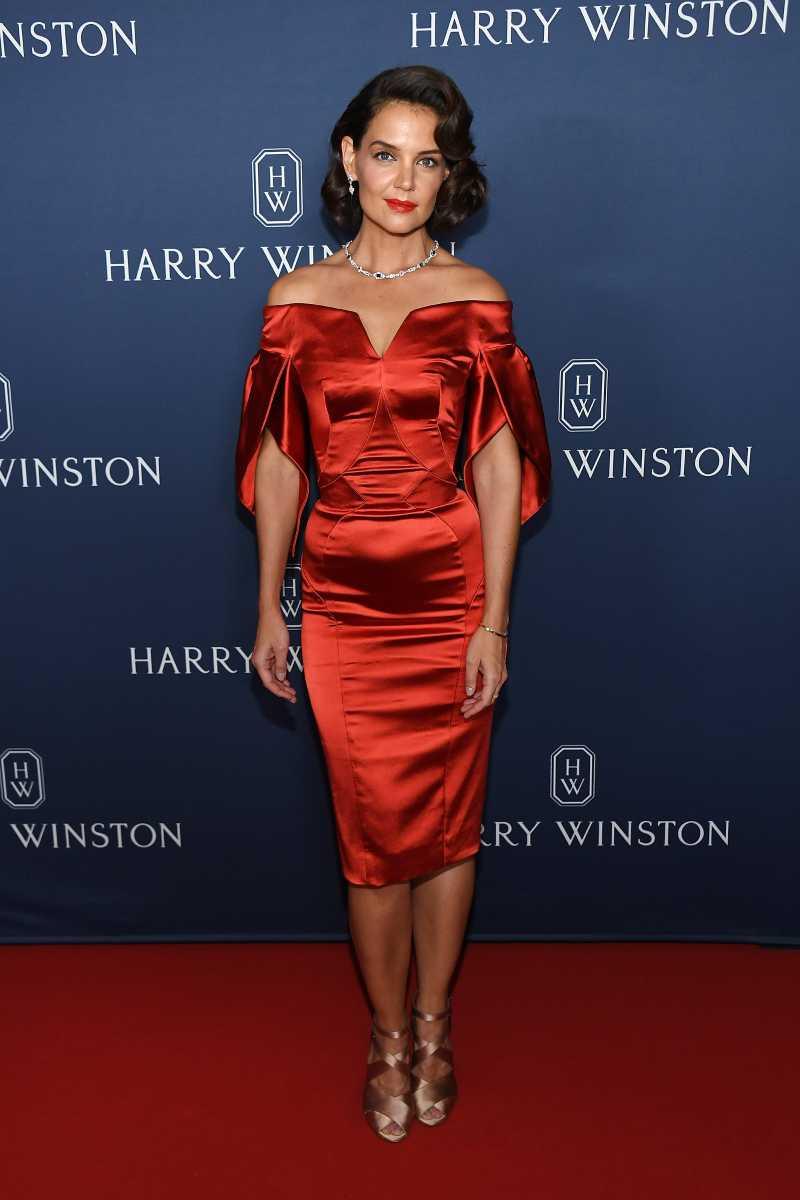 Кэти Холмс появилась на светском мероприятии в деловом костюме с перьями. Было ли это решение удачным?