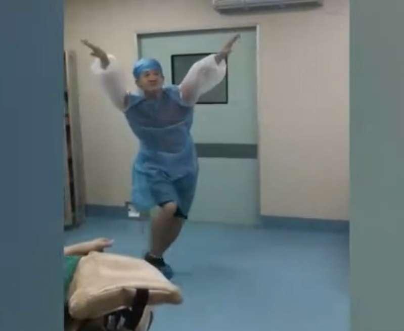Ein tanzender Ehemann brachte seine Frau im Kreissaal zum Lachen, während sie in den Wehen lag