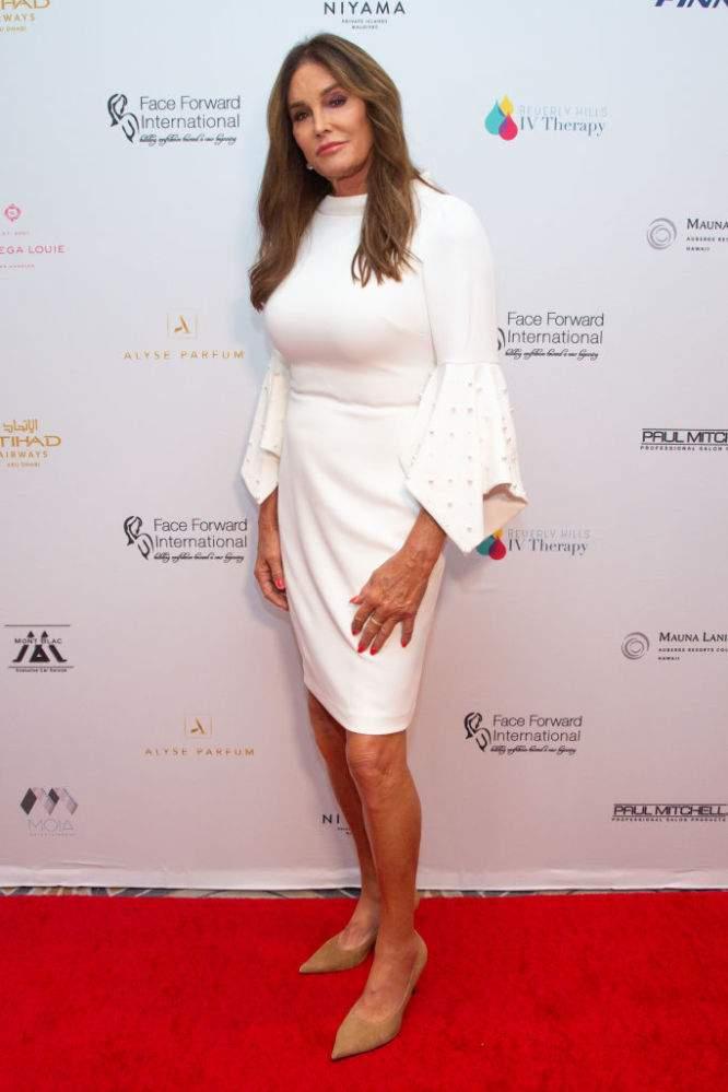 Polémica, pero muy chic: Caitlyn Jenner lució sus piernas perfectas con un atuendo blanco impecable