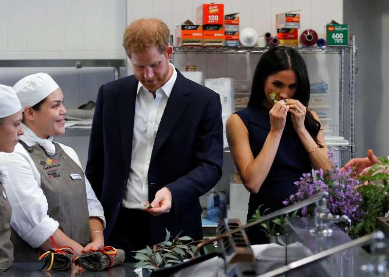 """Le baby bump royal se développe rapidement : Meghan, radieuse, affiche sa """"nouvelle"""" silhouette en Australie"""