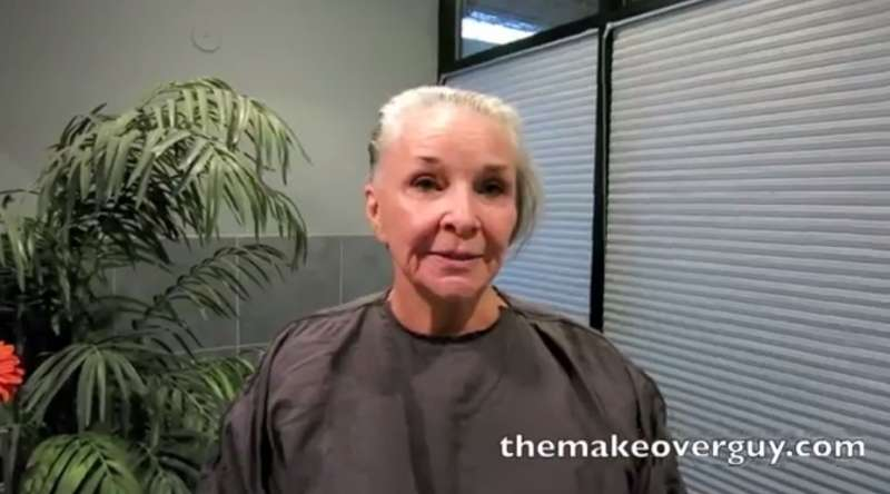 Pazzesco! Donna di 73 anni si toglie trucco e parrucca in pubblico per la prima volta in 50 anni!