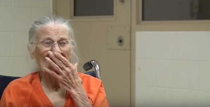 La veille de ses 94 ans, elle est arrêtée par la police pour ne pas avoir payé son loyerWoman Crying After Being Arrested