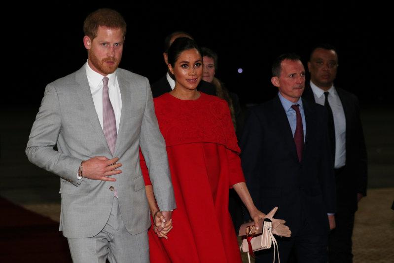 Яркая герцогиня: почему Меган Маркл выбрала именно красное платье для визита в Марокко?