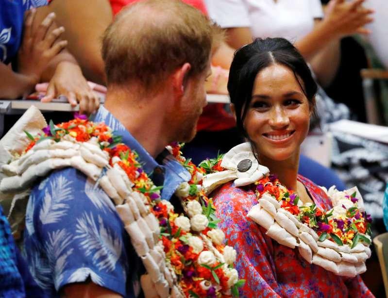Le Prince Harry tient tendrement la main de Meghan comme sa mère, Lady Di, avait l'habitude de tenir la sienne