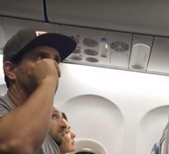 Eine wahre Tortur: Familie wird sie aus Flugzeug geworfen, weil sie den Platz ihres 2-jährigen Kindes nicht aufgeben wollte