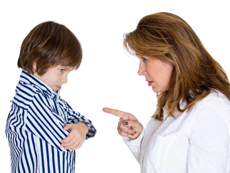 La politesse a-t-elle disparu ? Ces bonnes manières oubliées que les parents devraient enseigner à leurs enfantsportrait of woman pointing finger at boy