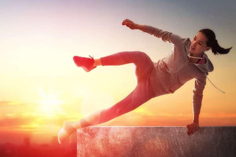 Réservistes pour les Jeux olympiques : les 3 signes du zodiaque les plus athlétiquesYoung woman is doing parkour. Beautiful sunset on the background
