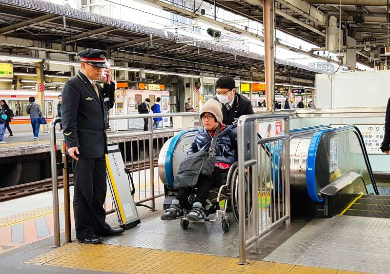 Mann im Rollstuhl starb, nachdem er eine Rolltreppe heruntergefallen ist. Wie kommt es dazu, dass behinderte Menschen in Gefahr geraten?