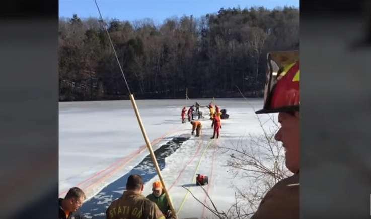 Ein Mann entdeckt zwei Clydesdale-Pferde, gefangen im gefrorenen Teich und leitet eine dramatische Rettungsaktion ein