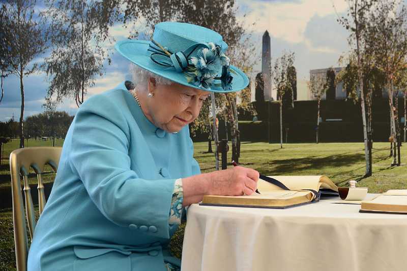 Test : à qui ressemblez-vous le plus ? Meghan Markle ou Kate Middleton ?Queen Elizabeth II signs the visitor book following a service paying tribute to soldiers from the Duke of Lancaster's Regiment