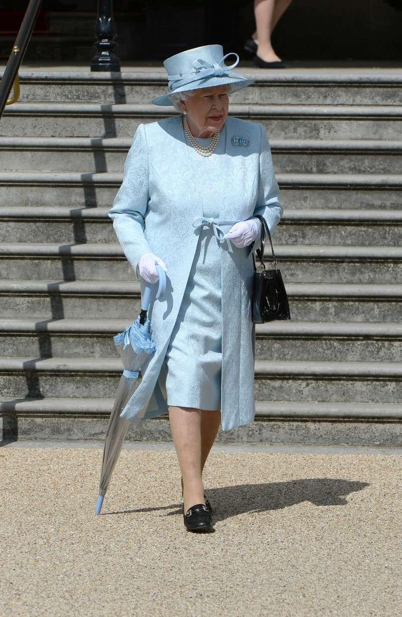 queen elizabeth II with blue umbrella