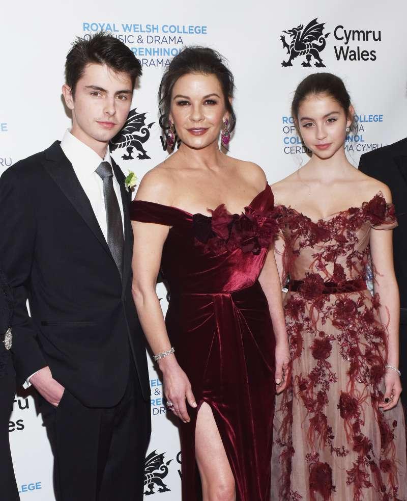 Catherine Zeta-Jones éblouit la foule dans une rare apparition avec ses deux magnifiques enfants