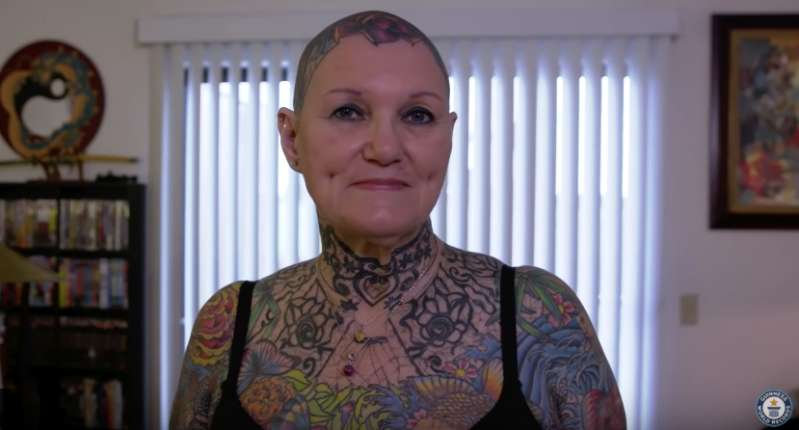 Asombroso: mujer de 69 años y su pareja de 76 tienen el récord mundial de un cuerpo más tatuado
