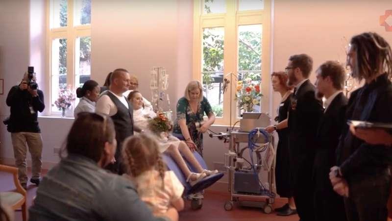 Novios desde la secundaria se casaron después de que la novia fuera diagnosticada con cáncer terminal