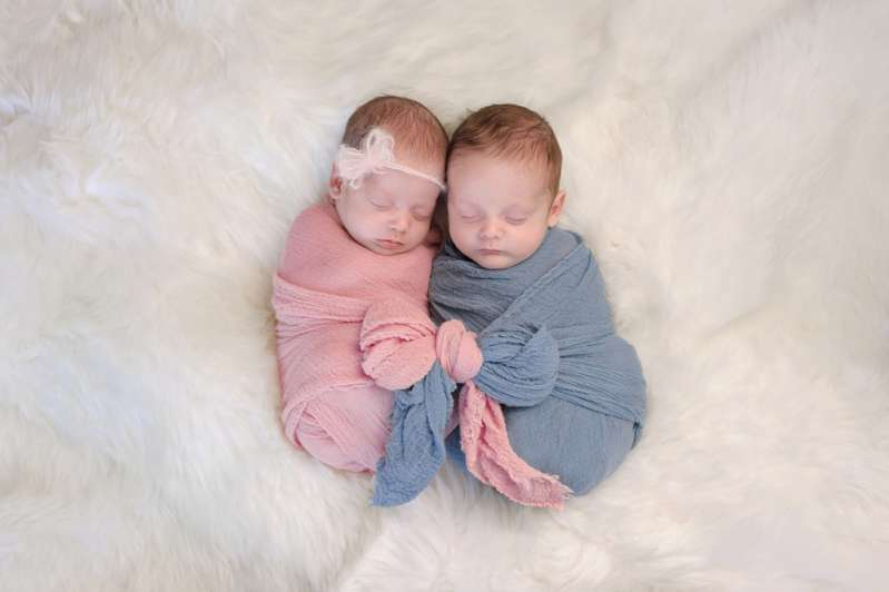 What A Special Bond: High-Risk Premature Twin Girls Who Didn't Meet Until 27 Days After Their Birth Hug During Their First Encounter