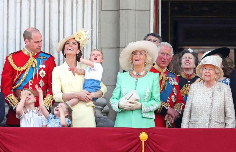 """La duquesa Camilla lució hermosa en un vestido Bruce Oldfield color menta en el """"Trooping The Colour"""""""