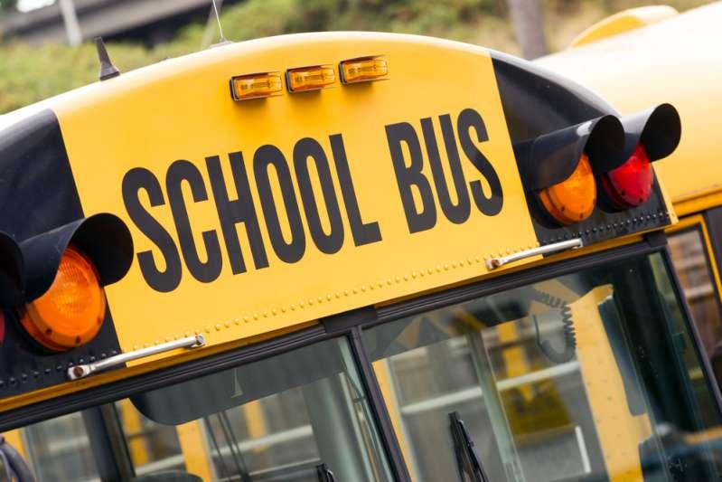 Menino de 3 anos é esquecido em ônibus escolar e depois de horas foi encontrado sem vida. Família está devastada