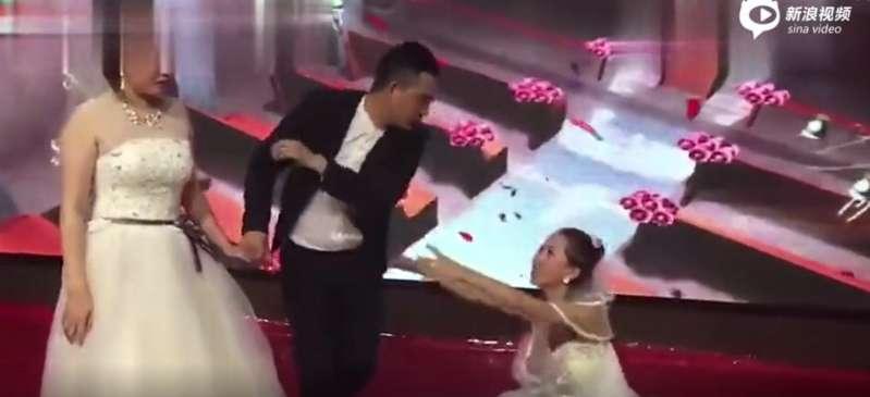 Frau stürmt die Hochzeit ihres Exfreundes in einem Hochzeitskleid und fällt auf die Knie, um seine Rückkehr bettelnd