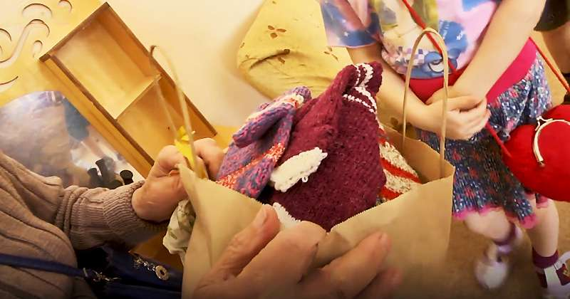 The 88-Year-Old Woman Knits and Donates Socks And Gloves For Orphans In RussiaThe 88-Year-Old Woman Knits and Donates Socks And Gloves For Orphans In RussiaThe 88-Year-Old Woman Knits and Donates Socks And Gloves For Orphans In Russia