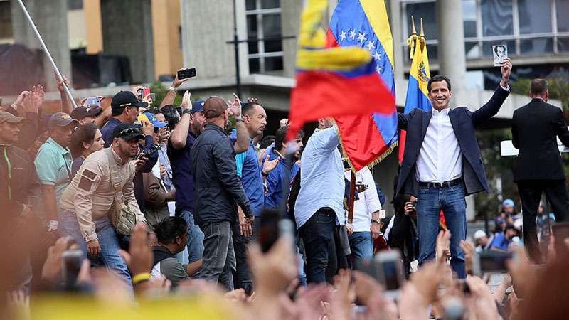 Entre protestas y mucha división, Juan Guaidó se proclama presidente encargado de VenezuelaEntre protestas y mucha división, Juan Guaidó se proclama presidente encargado de Venezuela