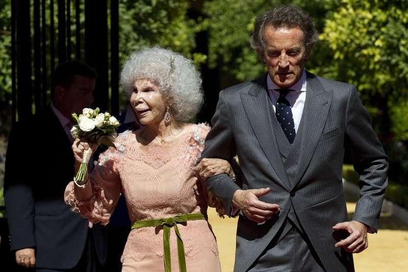 À 85 ans, une duchesse espagnole abandonne sa fortune pour épouser l'homme de sa vie, de 24 ans son cadet