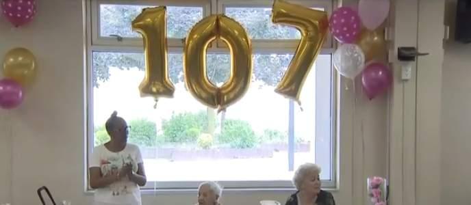 """""""Je ne me suis jamais mariée"""": à 107 ans, elle affirme que sa vie de célibataire est le secret de sa longévité"""