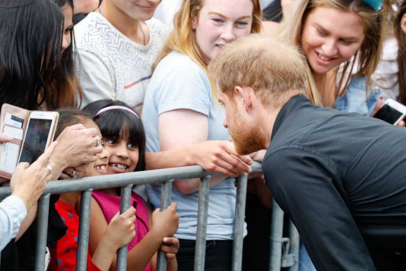 À sa manière : apparemment, Meghan Markle élèvera ses enfants différemment de Kate MiddletonPrince Harry, Duke of Sussex talking to young girl at the official walkabout on October 31, 2018 in Rotorua, New Zealand