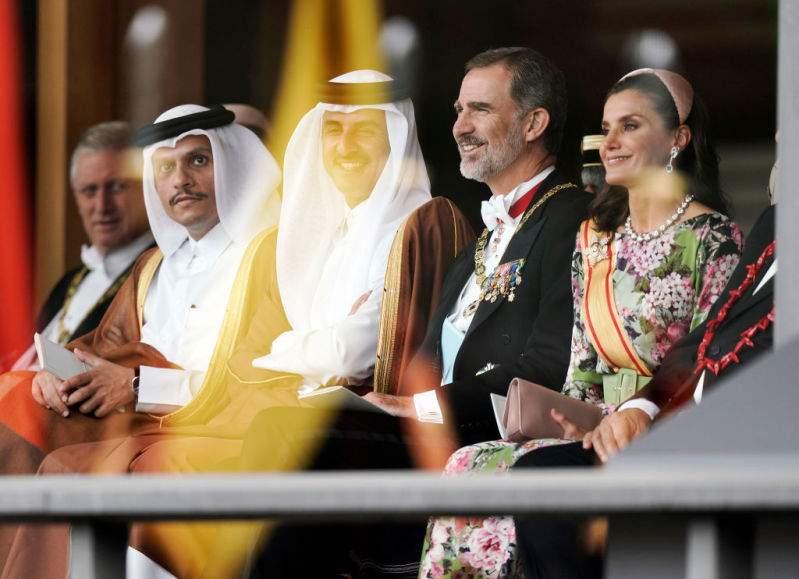 La Regina Letizia si supera! Indossa un voluminoso abito fucsia e una tiara storica durante la visita in Giappone