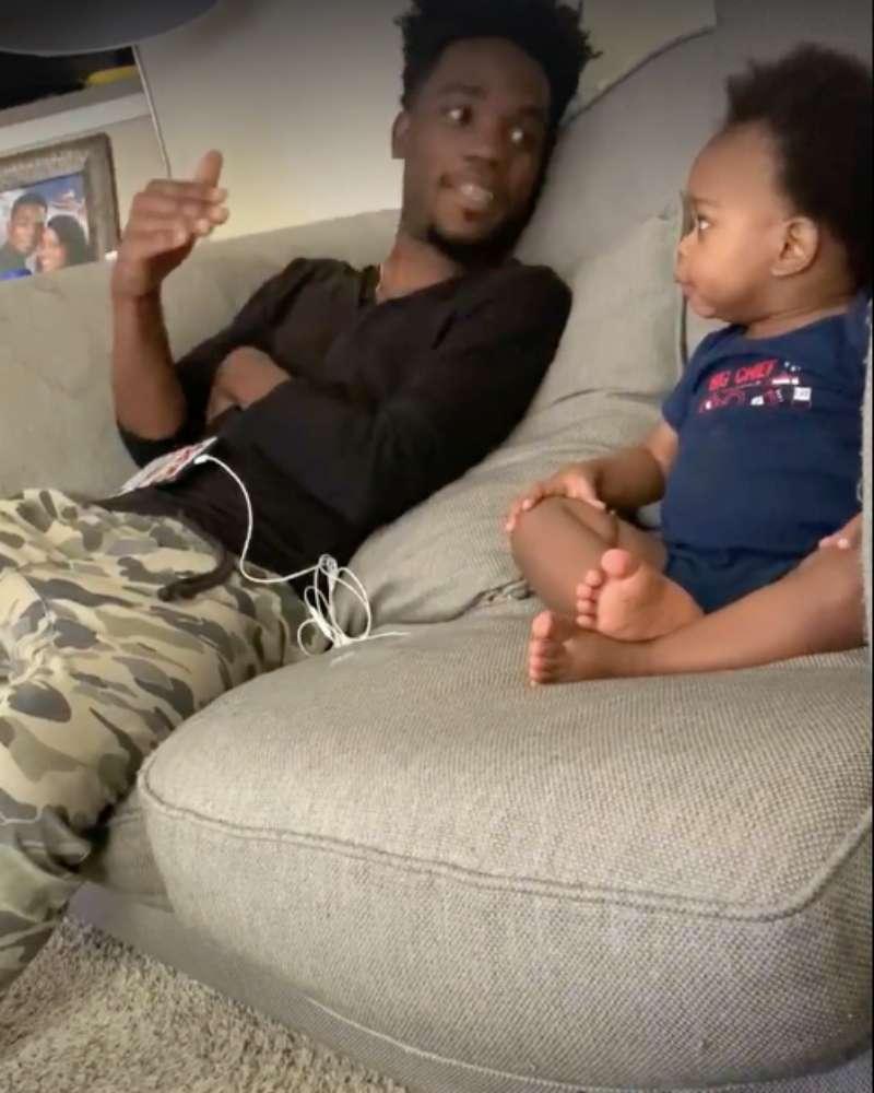 Vidéo : un père et son bébé volent le cœur de milliers d'internautes avec leur hilarante conversation d'adultes