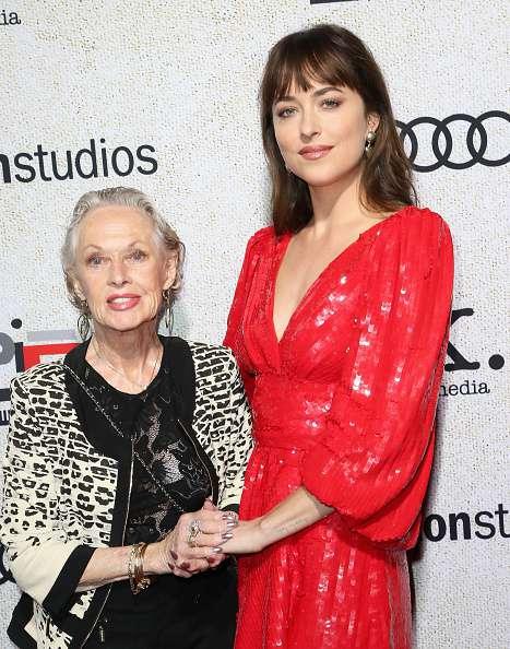 Dakota Johnson illumine le tapis rouge avec sa grand-mère Tippi Hedren, à la première d'un célèbre film d'horreur