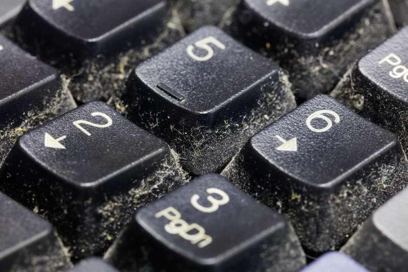 Si tu teclado está lleno de mugre, esta es la forma casera y sin esfuerzo para dejarlo como nuevo
