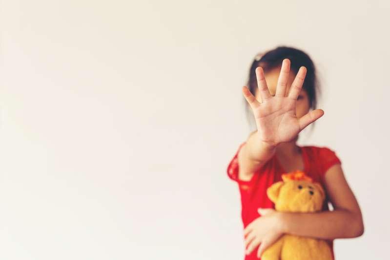 Une maman furieuse a fait marcher sa fille adolescente toute nue dans les rues en guise de punitionFearful child showing stop sign with hand against child abuse