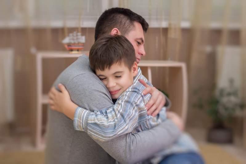"""""""Je n'ai pas dit à mes 5 enfants que leur mère est décédée"""" : la déchirante confession d'un père désespéré"""